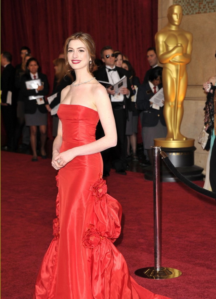 anne-hathaway-oscars-red-carpet-2011-14